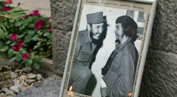 "A portrait of late Cuban leader Fidel Castro (L) and revolutionary hero Ernesto ""Che"" Guevara"